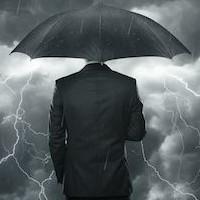 uomo con ombrello nel temporale